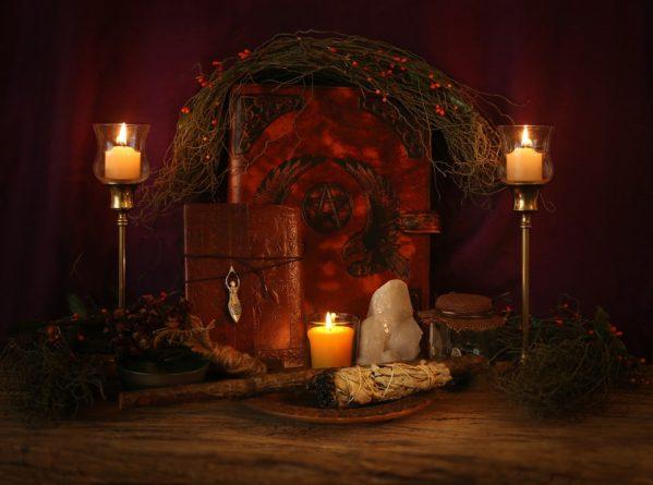 Rituální oltář - symbol země a magie Světla