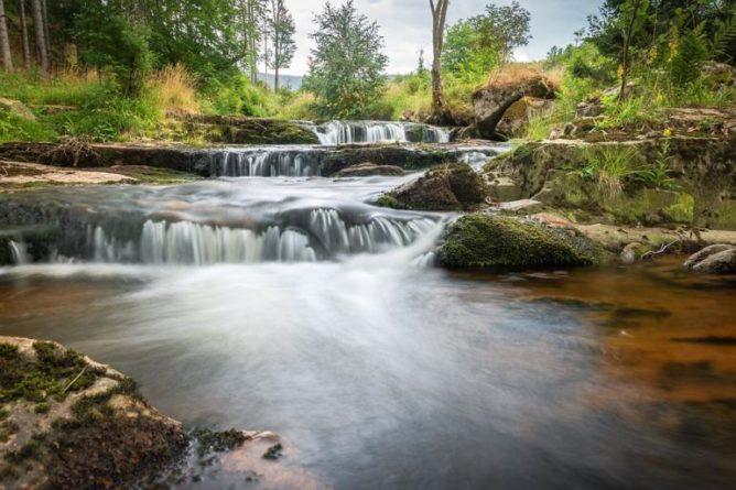 Očistný rituál po proudu řeky