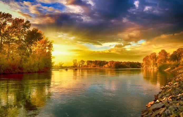 Harmonizující rituál na břehu rybníka
