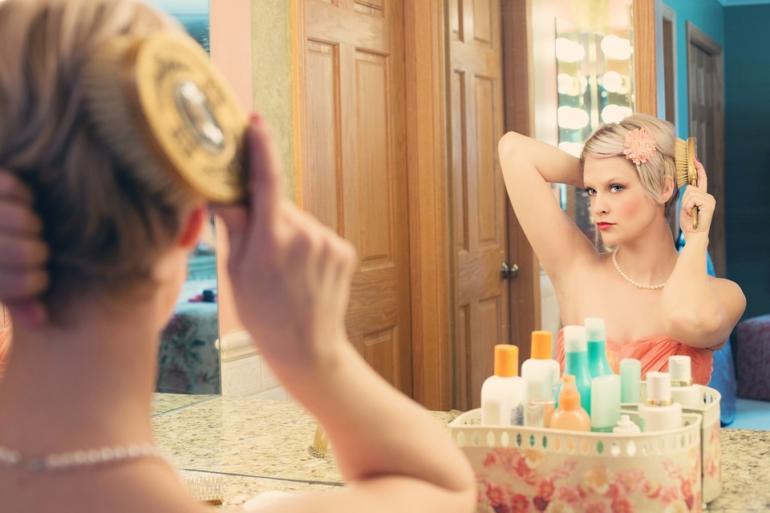 Ranní rituál před zrcadlem - zrcadlení myšlenek