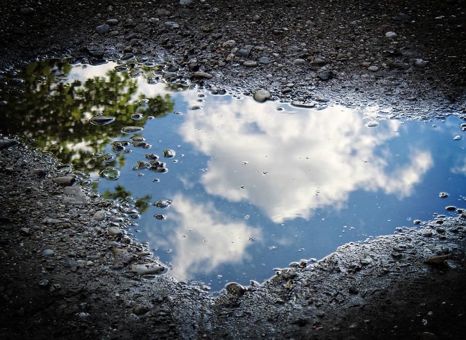 """Médium voda, modrá barva nebe a """"nebeský internet"""""""